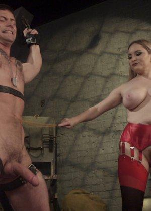 Госпожа наказывает своего накаченного раба, она хлыщет его зад плеткой и трахает до изнеможения - фото 7