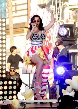 Katy Perry соблазняет своих слушателей эротическими костюмами - фото 10