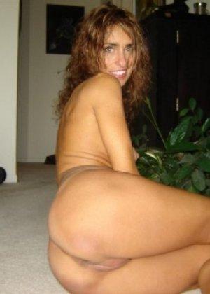 Зрелая девка показывает всем как выглядит её слегка старенькая грудь - фото 11