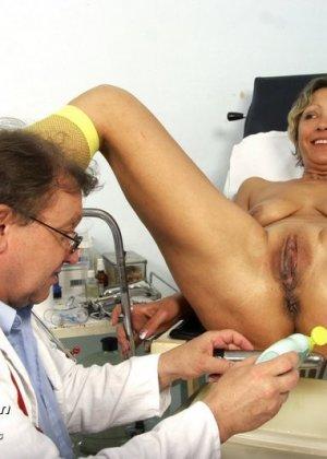 Зрелая Ванда приходит к врачу, он помогает ей раздеться и поудобнее устроиться для тщательного осмотра - фото 14