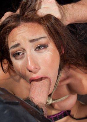 Мулатка обожает БДСМ, ее связывают и трахают разными вибраторами, мужик хочет, чтобы она описалась от удовольствия - фото 4