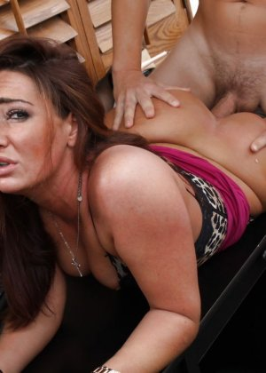 Саванна Фокс – очень соблазнительная особа, поэтому мужчина быстро возбуждается и устраивает ей хороший секс - фото 12