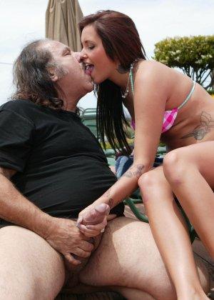 Сексуальная красотка позволяет себя трахать мужчине в возрасте - он получает большое удовольствие - фото 6