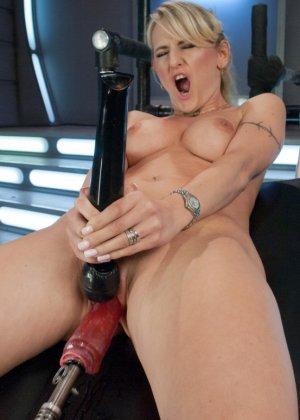 Белокурая потаскушка пользуется электрическим вибратором и секс машиной - фото 7