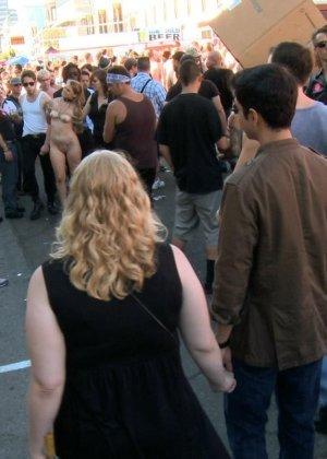 На публике грубо трахают татуированную блондинку с маленькими сиськами - фото 8
