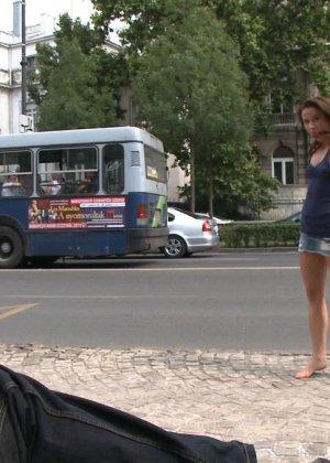 Развратную кучерявую сучку натягивают в автобусе после работы - фото 6