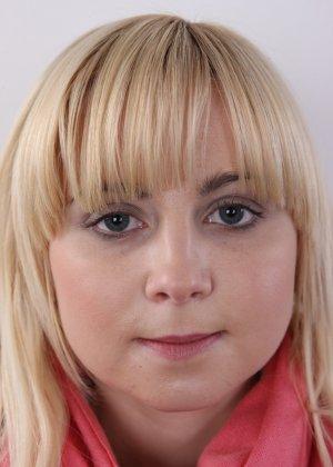 Блондинку на кастинге заставили оголить свое не очень красивое тело - фото 2