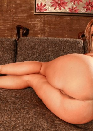 Молоденькую блондинку с круглой грудью выебали два зрелых мужика - фото 2