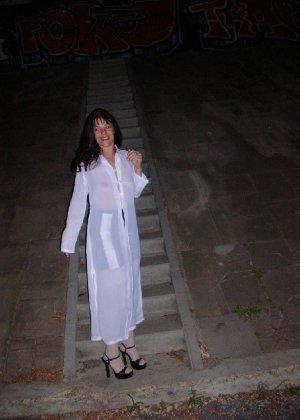 Брюнетка на ночной прогулке показывала дружку свои достоинства - фото 2- фото 2- фото 2