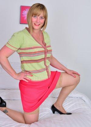 Зрелая женщина тоже хочет почувствовать себя желанной, поэтому раздевается до нижнего белья - фото 9