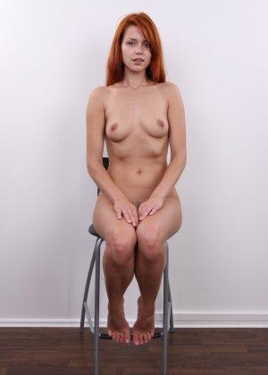 Рыжеволосая молоденькая девчонка пробует себя на порно кастинге - фото 13