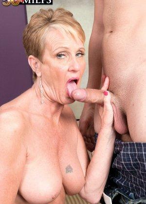 Горячая зрелая сучка очень хочет секса, поэтому с радостью подставляет свою пизду молодому мужчине - фото 10