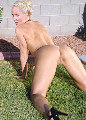 На заднем дворе блондинка с большими силиконовыми сиськами разделась догола - фото 14