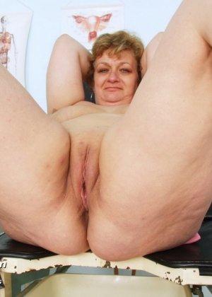 Женщина соглашается на полный осмотр – она готова раздвинуть ноги перед развратным доктором - фото 14