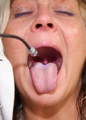 Женщина с удовольствием раздвигает ноги перед опытным гинекологом и даже получает удовольствие от осмотра - фото 3