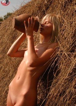 Худенькая блондинка оказывается на сеновале и поливает свое обнаженное тело молоком из кувшина - фото 11