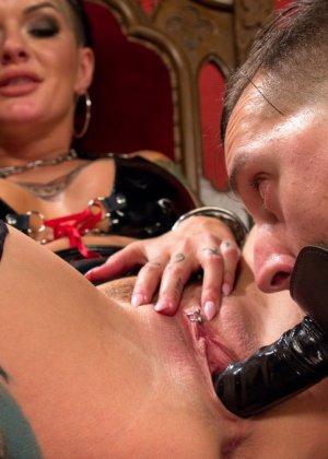 Татиурованная женщина и такой же паренек занимаются оригинальным сексом, где она является доминантом - фото 10