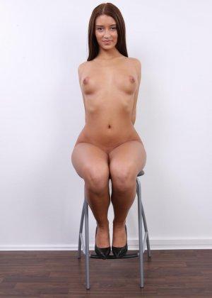 Аппетитная студентка попозировала совершенно голой для порно кастинга - фото 13
