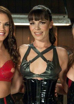 Три лесбиянки занимаются анальным фистингом, телки вставляют две руки в зад своей подруги - фото 19