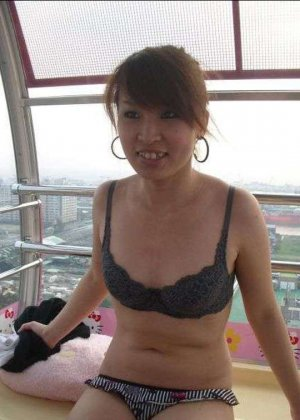 Кучерявая девка с небритой пиздой сняла трусы на камеру в высотке - фото 7