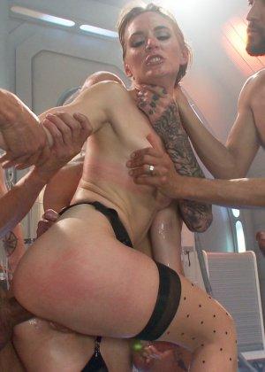Голодная телка берет в рот у троих мужчин и глотает всю сперму - фото 12