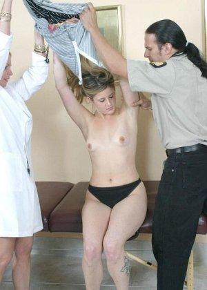 Полицейскому срочно потребовался мазок из пизды подозреваемой, а симпатичная медсестра помогла ему в этом - фото 6