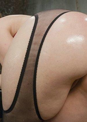 Лесбиянки практикуют анальный фистинг с очень толстыми дилдо, от таких размеров оргазм будет заливающим - фото 4
