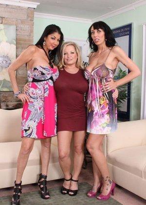 Три аппетитные самки оголят свои гладковыбритые пезды, аппетитные лесбиянки покажут свои задницы - фото 1