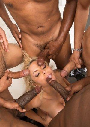 Блондинка Моника обожает глотать тепленькую сперму которая накопилась у негров - фото 13