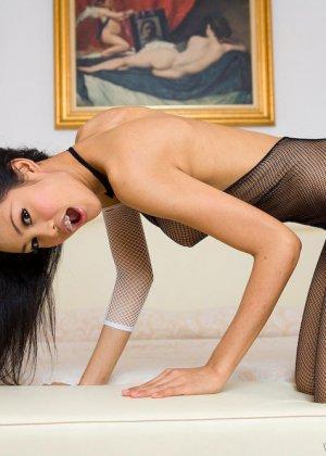 Красивая девушка мастурбирует свою скромную влажную киску - фото 10