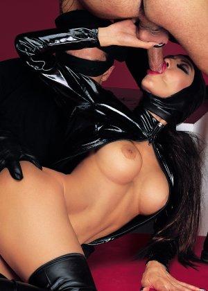 Трио очень любит латекс, поэтому применяет этот материал во время сексуальной игры - фото 5