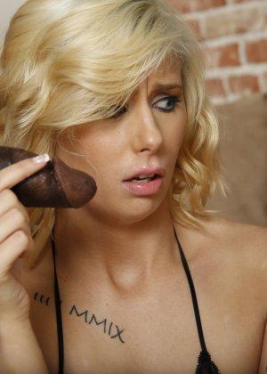 Красивую блондинку в чулках ебет паренек с черным длинным членом - фото 5