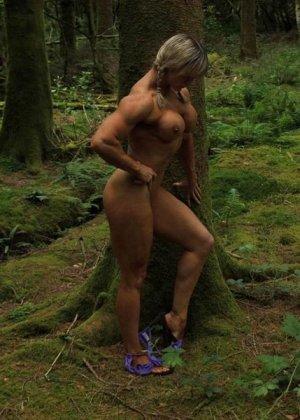 В лесной чаще можно насладиться подтянутым телом женщины, которая занимается бодибилдингом - фото 8