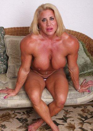 Женщина-бодибилдерша очень напоминает внешне мужчину, но всё же ее нутро говорит о женственности - фото 16