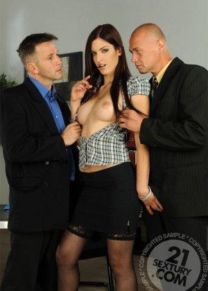 Секретаршу в черных чулках отымел босс в офисе с новым работником - фото 6