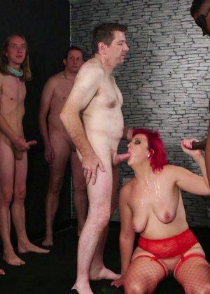 Развратная женщина с необычной внешностью показывает свою смелость в сексуальном плане - фото 9