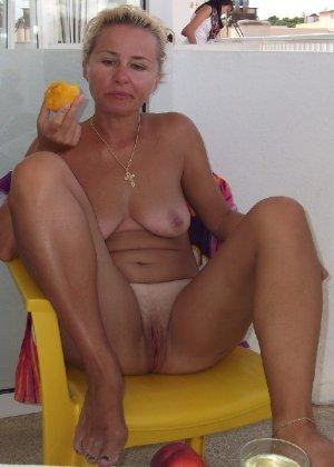 Голая дом работница показывает свое обнаженное тело - фото 22