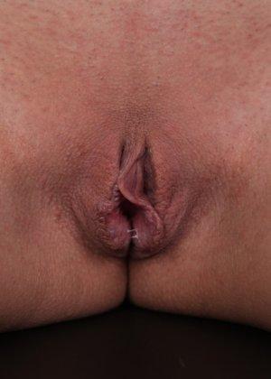 Худая телка с красивыми сиськами показывает выбритую влажную киску - фото 17