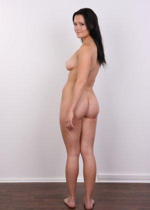 Женщина с темными волосами хвастается гладко выбритой промежностью - фото 14