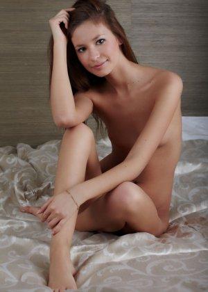 Эротичная красотка показывает свое красивое тело - фото 12- фото 12- фото 12