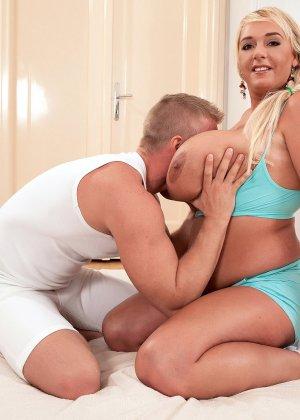 Молодой парень ведет на пышную блондинку с огромными буферами и устраивает ей хороший секс - фото 14