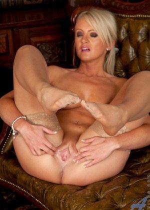 Опытная блондинка знает, как правильно встать, чтобы показать всю свою сексуальность с выгодных ракурсов - фото 14