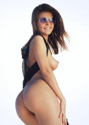 Зельда расслабляется на берегу, показывая свое сексуальное тело со всех сторон - фото 2