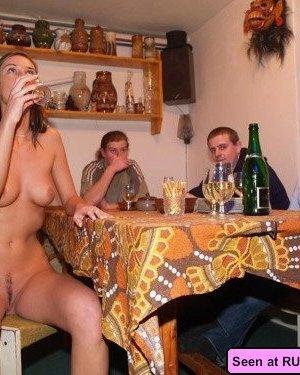 Голые девки развлекаются: играют в бильярд, напиваются в барах и не прочь, чтобы их лапали - фото 9