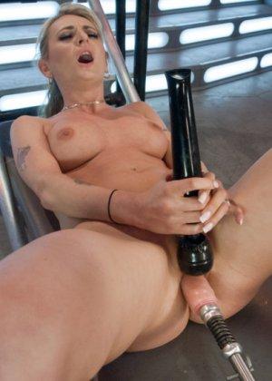 Белокурая потаскушка пользуется электрическим вибратором и секс машиной - фото 11