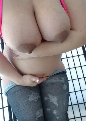 Беременная женщина с нестандартной внешностью показывает свое пышное тело с разных ракурсов - фото 8