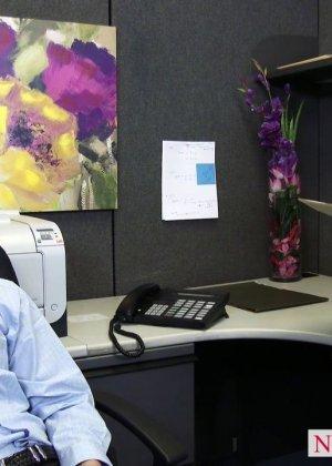 После успешного совещания приятно пригласить секретаршу Кайлу с большими буферами и трахнуть на офисном столе - фото 2