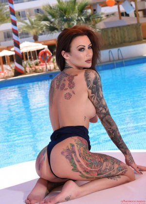 Татуированная с головы до пяток Бекки Хольт решила справиться с излишней скромностью и устроила откровенную фото сессию возле бассейна - фото 9