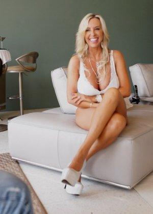 Блондинка с красивыми дойками в белом белье делает качественный минет - фото 2