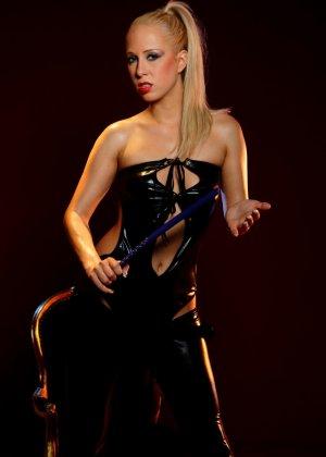Блондинка лесбиянка садиться на стул, чтобы ее подруга смогла сделать незабываемый куннилингус - фото 1